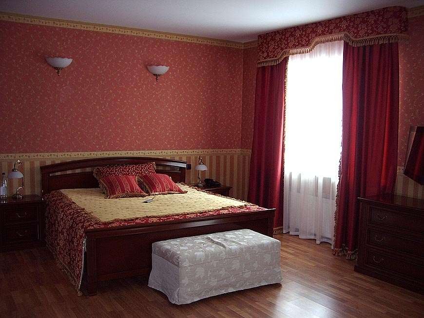 Красные обои в спальне фото